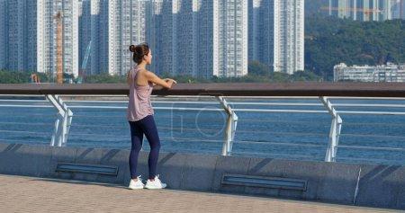 Photo pour Femme sportive regardant la mer - image libre de droit