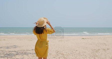Photo pour Femme regarde la mer - image libre de droit