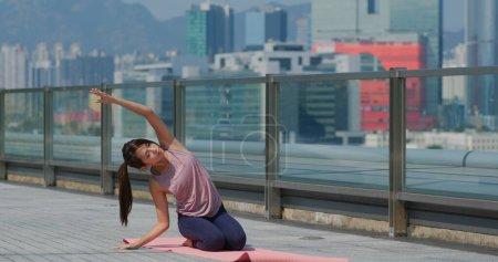 Photo pour Femme faire du yoga au parc - image libre de droit