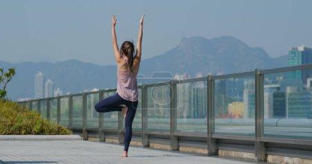 Photo pour Femme faire du yoga à la ville en plein air - image libre de droit