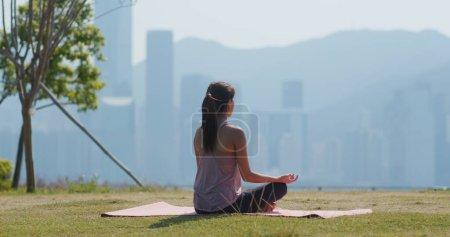 Photo pour Femme faire du yoga à l'extérieur - image libre de droit