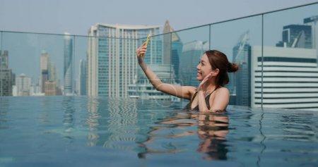 Photo pour Femme prendre des photos à l'intérieur piscine - image libre de droit