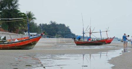 Photo pour Hua Hin, Thaïlande, 19 mars 2020 : Bateau de pêche sur la plage de sable - image libre de droit