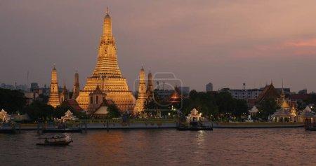 Photo pour Bangkok, Thaïlande, 20 mars 2020 : Wat Arun au coucher du soleil - image libre de droit