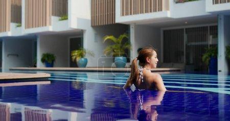 Photo pour Belle femme dans la piscine - image libre de droit