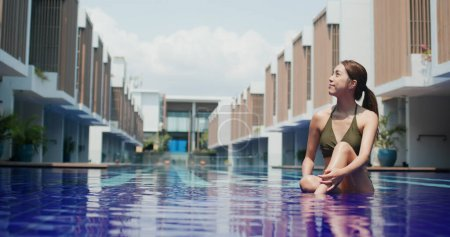 Photo pour Femme profiter à la piscine - image libre de droit