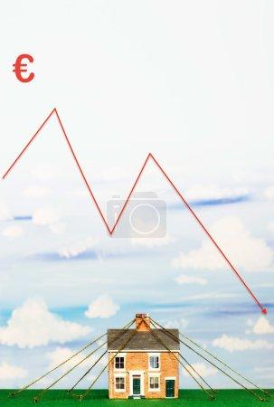 Photo pour Propriété marché Crash financier graphique avec le symbole de l'euro - image libre de droit