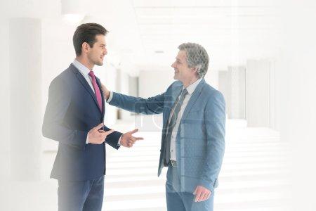 Photo pour Hommes d'affaires ayant des discussions au nouveau bureau - image libre de droit
