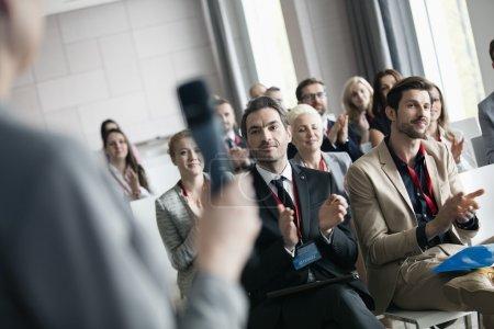 Photo pour Les gens d'affaires applaudissent pour le conférencier public pendant le séminaire - image libre de droit