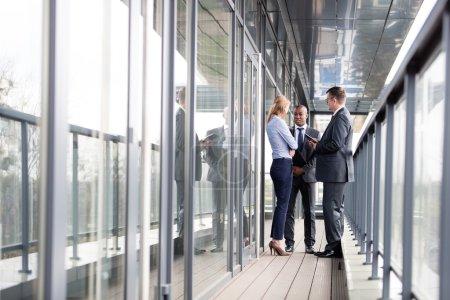 Photo pour Femme d'affaires et hommes d'affaires ayant une conversation très sérieuse en dehors du Bureau - image libre de droit