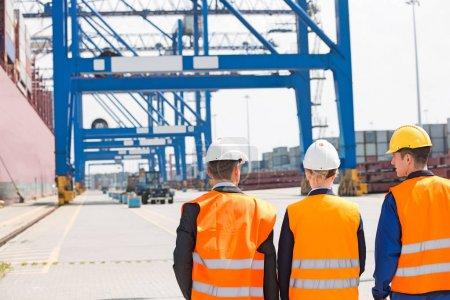 Photo pour Vue arrière des travailleurs marchant dans le chantier naval - image libre de droit