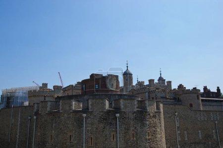 Photo pour Tour de Londres contre le ciel bleu, Grande Bretagne - image libre de droit