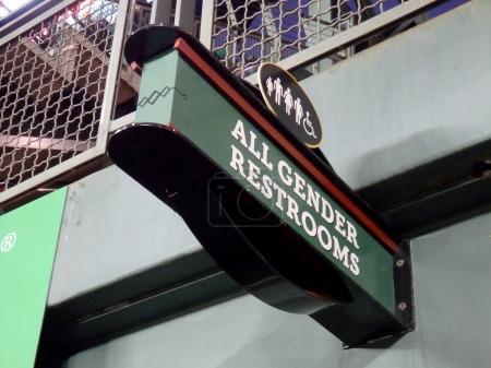 Photo pour SEATTLE - 24 JUIN : Les toilettes pour tous les sexes signent au Safeco Field lors d'un match de baseball, Seattle, le 24 juin 2016 . - image libre de droit
