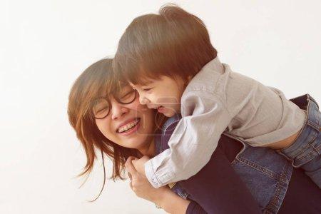 Photo pour Mère japonaise et son sourire de fils - image libre de droit