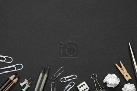 Photo pour Accessoires de bureau sur fond de papier noir. Style minimal. Espace de copie. Vue du dessus - image libre de droit