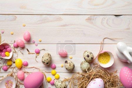 Photo pour Fond de Pâques avec des œufs de Pâques. Espace de copie. Vue du dessus - image libre de droit