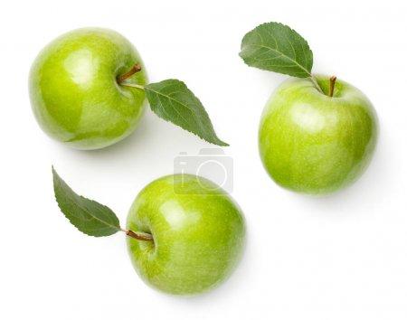 Photo pour Pommes vertes avec des feuilles isolées sur fond blanc. Mamie forgeron pomme fraîche. Vue de dessus, plan plat - image libre de droit