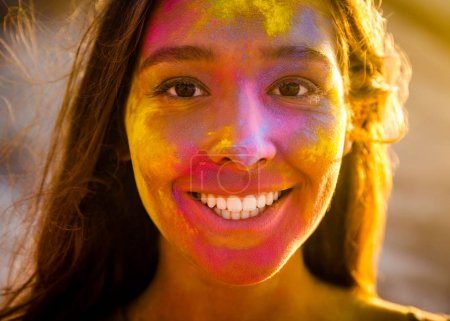 Photo pour Portrait d'une belle jeune fille pleine de poudre colorée sur la fac - image libre de droit