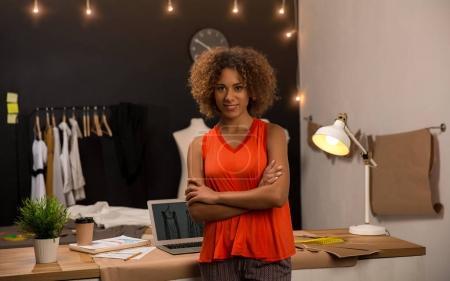 Photo pour Portrait d'une jeune créatrice de mode travaillant sur son atelier - image libre de droit