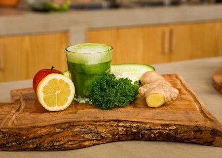 Photo pour Plusieurs légumes sur un plateau en bois. Ingrédients pour cocktail de désintoxication, concept d'aliments sains - image libre de droit