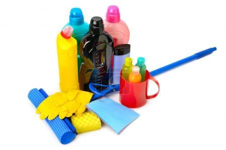 Photo pour Vadrouilles, bouteilles de détergent et gants en caoutchouc isolés sur fond blanc - image libre de droit