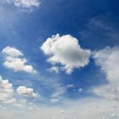 """Постер, картина, фотообои """"Белые кучевые облака на фоне эпической голубое небо."""""""
