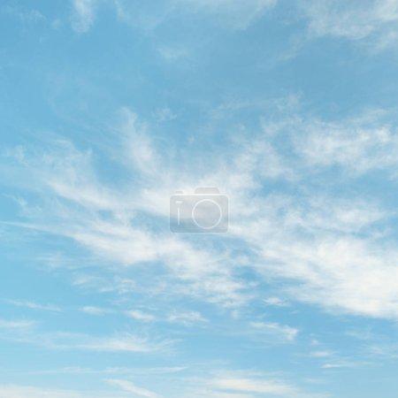 Photo pour Nuages cirrus légers sur fond de ciel bleu . - image libre de droit