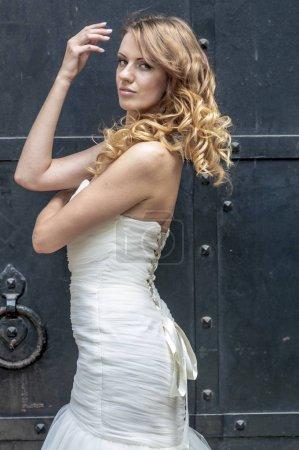 Photo pour Jeune fille aux cheveux roux beaux cheveux et maquillage dans une robe blanche de la mariée dans le parc - image libre de droit