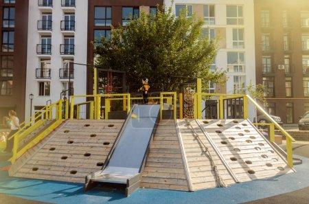 Photo pour Aire de jeux moderne en bois lumineux (pavillon pour enfants) dans le nouveau complexe résidentiel de banlieue - image libre de droit
