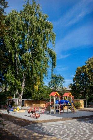 Photo pour Aire de jeux lumineuse moderne pour enfants (aire de jeux pour enfants) dans la rue en automne - image libre de droit