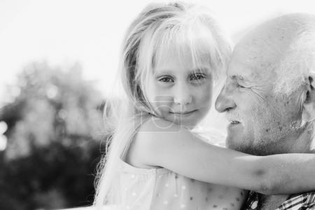 Photo pour Grand-père heureux holding petite-fille, gros plan - image libre de droit