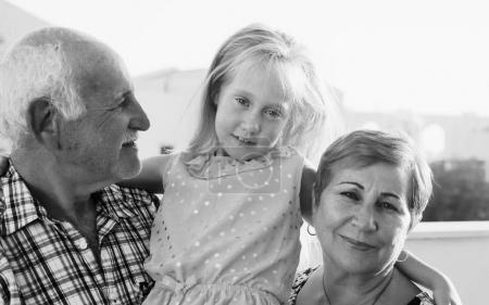 Photo pour Portrait de famille des grands-parents heureux et petite-fille - image libre de droit