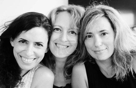 Photo pour Portrait de trois souriant femmes mûres en regardant la caméra - image libre de droit