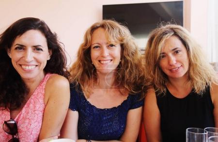 Photo pour Portrait de trois femmes mûres souriantes regardant la caméra - image libre de droit