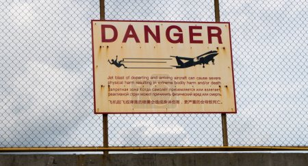 Photo pour Signal avertissant des dangers du jet wash lors de l'atterrissage et du décollage d'une piste voisine - image libre de droit
