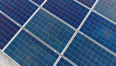 Foto de Primer plano de la planta de energía solar ecológica. Fuentes alternativas de electricidad - Imagen libre de derechos
