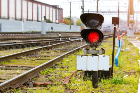 Foto de Prohibición de semáforo ferroviario brilla rojo. Técnica estación - depósito locomotora operacional. Infraestructura de transporte de ferrocarriles rusos, San Petersburgo - Imagen libre de derechos