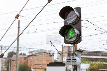 Foto de El semáforo ferroviario brilla con luz verde permisiva. Estación ferroviaria técnica - depósito de locomotoras operativas. Infraestructura de transporte de ferrocarriles rusos, San Petersburgo - Imagen libre de derechos