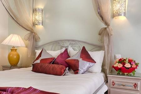 Photo pour Chambre double Deluxe avec un lit en fer forgé de style marocain - image libre de droit