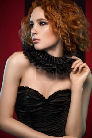 Frau in schwarzem Korsett und Rüschen