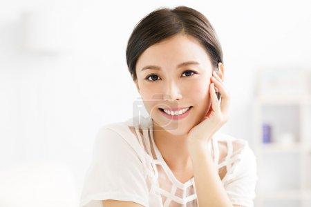 Photo pour Gros plan sourire jeune asiatique femme visage - image libre de droit