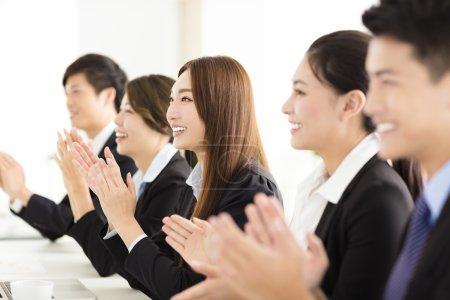 Photo pour Gens d'affaires heureux applaudissant en conférence - image libre de droit