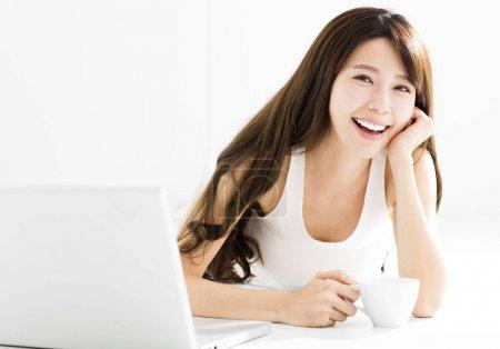 Photo pour Happy Young belle femme en utilisant un ordinateur portable - image libre de droit