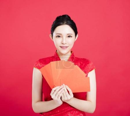 Photo pour Sourire asiatique femme montrant l enveloppe rouge - image libre de droit