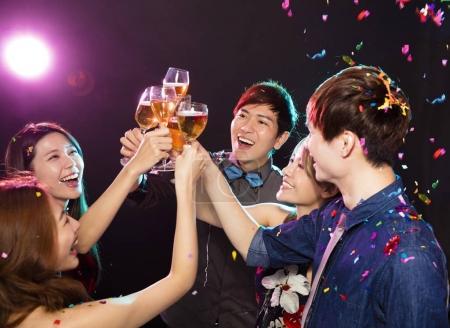 Photo pour Groupe de jeune bénéficiant de parti et de s'amuser - image libre de droit