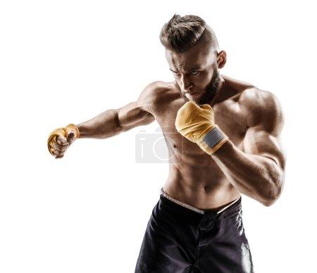 Photo pour Boxer fait un long côté kick - swing. Photo d'un homme musclé sur fond blanc. Force et motivation - image libre de droit