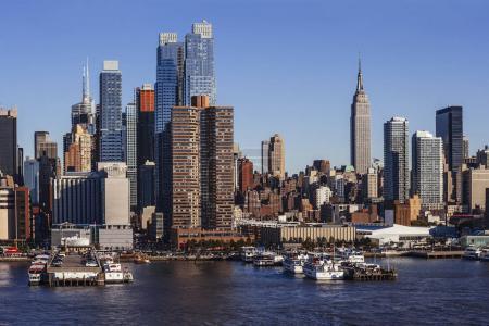 Photo pour Photo du paysage urbain du centre-ville de Manhattan à New York, prise depuis un ferry sur l'Hudson . - image libre de droit