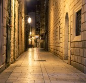 alleyway dubrovnik at night
