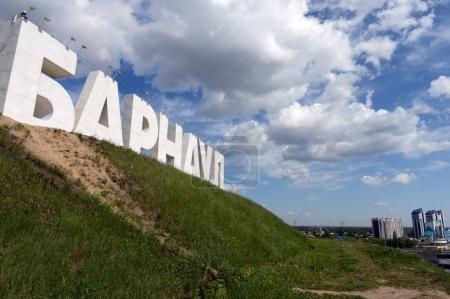 Photo pour BARNAUL, RUSSIE - 29 MAI 2017 : Le nom de la ville de Barnaul sur la rivière Ob . - image libre de droit