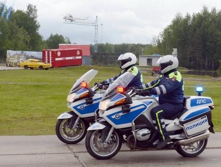 Photo pour 2017:Inspectors de Noguinsk, Russie - le 6 juin, de la police de la circulation sur les motocyclettes Bmw. - image libre de droit